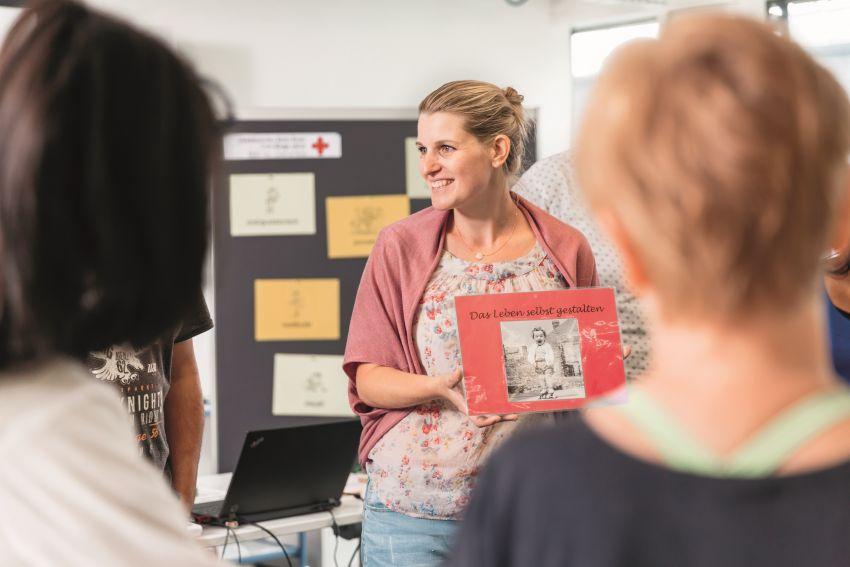 Dank eines Lehrgangs einen beruflichen Wiedereinstieg finden – beispielsweise in der Pflege, wo aktuell ein grosser Bedarf an Arbeitskräften besteht.