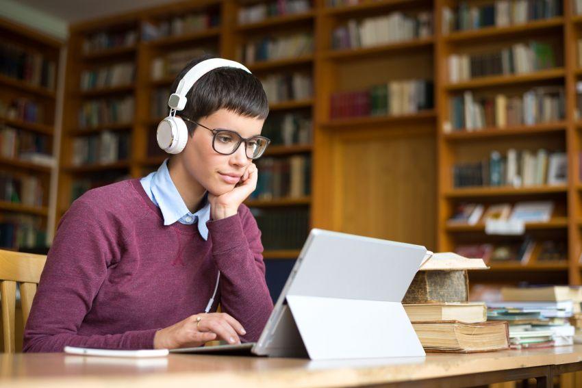 Das Bearbeiten von Selbstlernmedien am Computer erfordert Motivation und Disziplin. Darum sollen digitale Lernmedien interessant und abwechslungsreich aufbereitet sein.